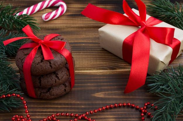 Traditionele chocoladekoekjes en kerstcadeau op de houten