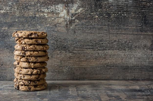 Traditionele chocoladeschilferkoekjes op de houten ruimte van het lijstexemplaar