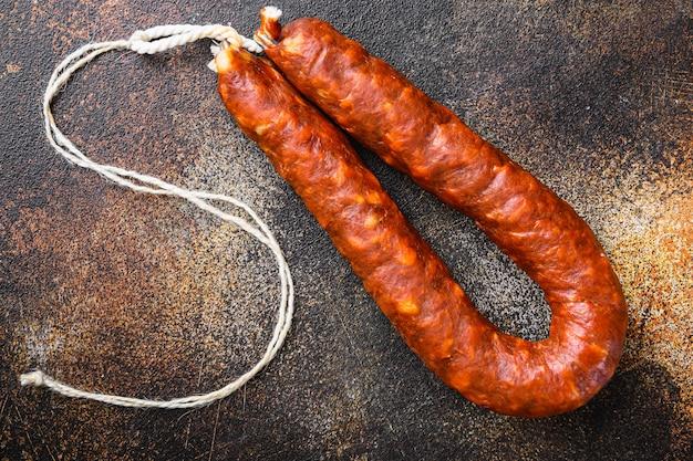 Traditionele chorizo salami worst op donkere ondergrond, bovenaanzicht.