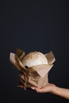 Traditionele christelijke feestdag, paaskoekjes in de hand van een vrouw, minimalisme