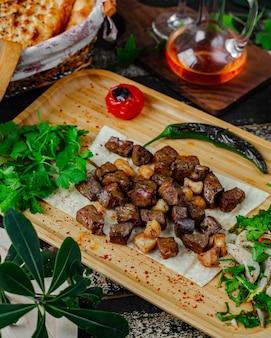 Traditionele ciz biz op houten bord