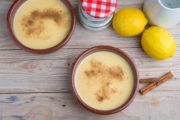 Traditionele crème brulee op keramische schotel op houten tafel