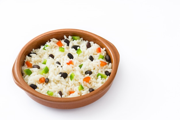Traditionele cubaanse rijst, zwarte bonen en paprika geïsoleerd op witte moros y cristianos.