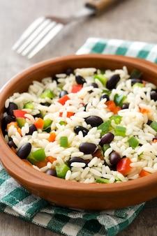 Traditionele cubaanse rijst, zwarte bonen en peper