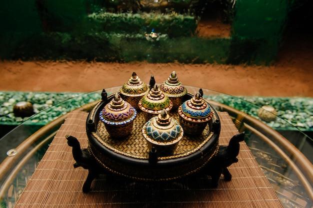 Traditionele decoratieve kommen op rieten plaat
