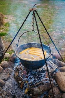 Traditionele diner maaltijd voorbereiding in de natuur