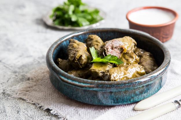 Traditionele dolma (sarma) in druivenbladeren met copyspace. de turkse griekse keuken van het midden-oosten van libanon. diner eten dolmadakia