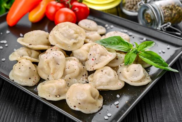 Traditionele dumplings met vlees op een zwarte ondergrond