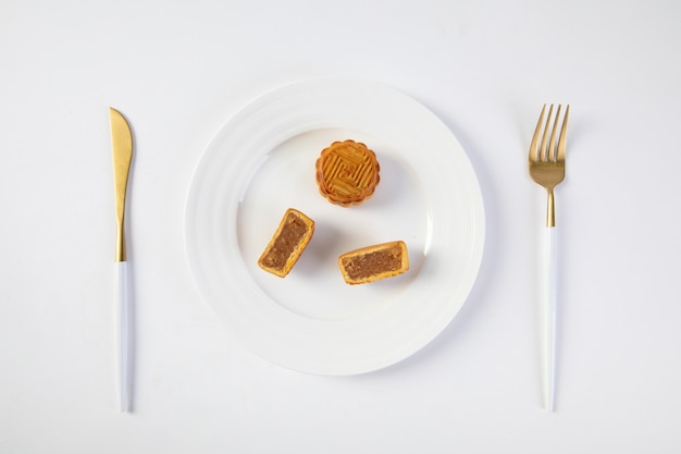 Traditionele festivalmaancake op borden