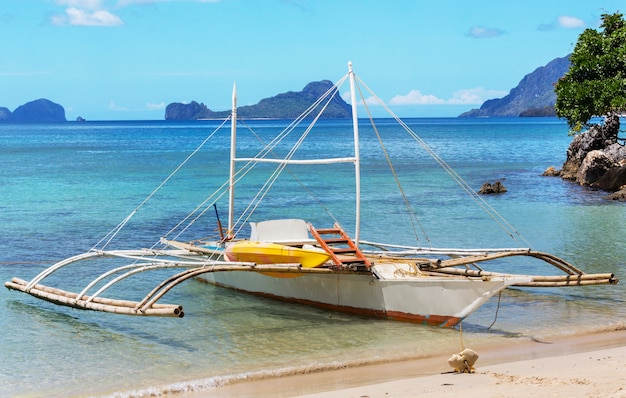 Traditionele filippijnse boot in de zee, palawan-eiland, filippijnen