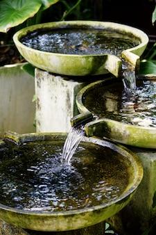 Traditionele fontein in aziatische botanische tuin