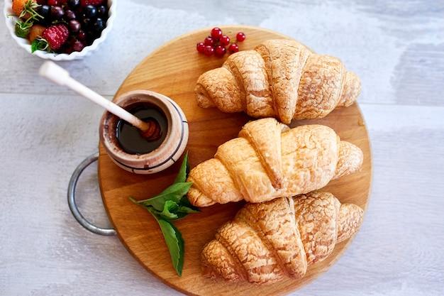 Traditionele franse croissant op witte tafel achtergrond, lekker ontbijt met croissants, verse bakkerij, bovenaanzicht