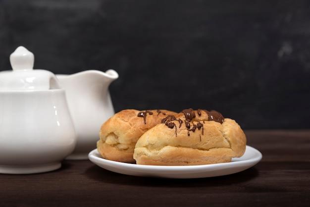 Traditionele franse eclairs met chocoladeglazuur. snoepjes voor thee.
