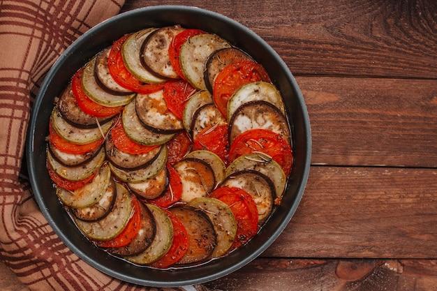 Traditionele franse provençaalse groenteschotel.