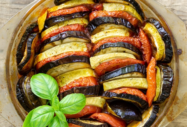 Traditionele franse schotel ratatouille. groente braadpan met aubergine, tomaat en courgette in glasvorm
