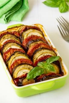 Traditionele franse schotel ratatouille. groenteschotel met aubergine, tomaat en courgette in keramische vorm