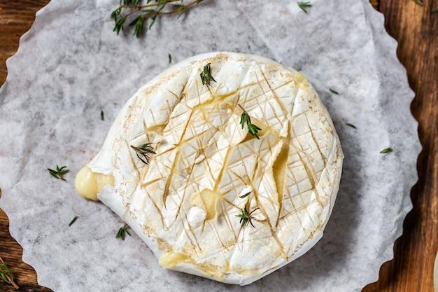 Traditionele franse zelfgemaakte gebakken camembert-kaas