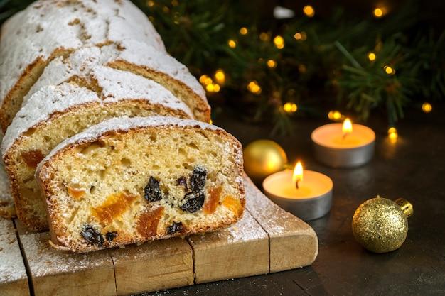 Traditionele fruitcake voor kerstmis met rozijnen, noten. met kerstmis .