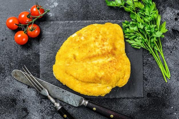 Traditionele gebakken kipschnitzel.