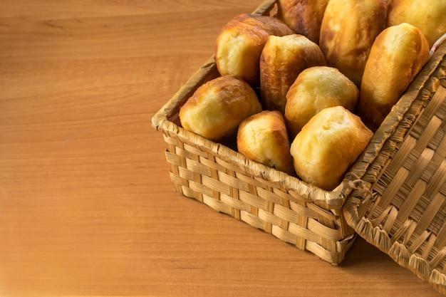 Traditionele gebakken russische pirozhki in rustieke stijl