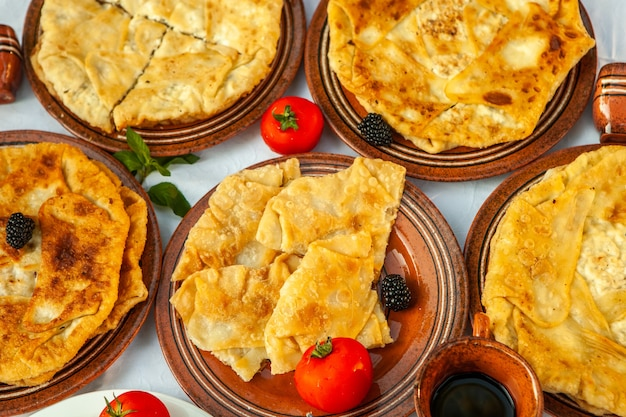 Traditionele gebakken taarten uit roemenië met aardappelen, kaas en kool roemeens eten