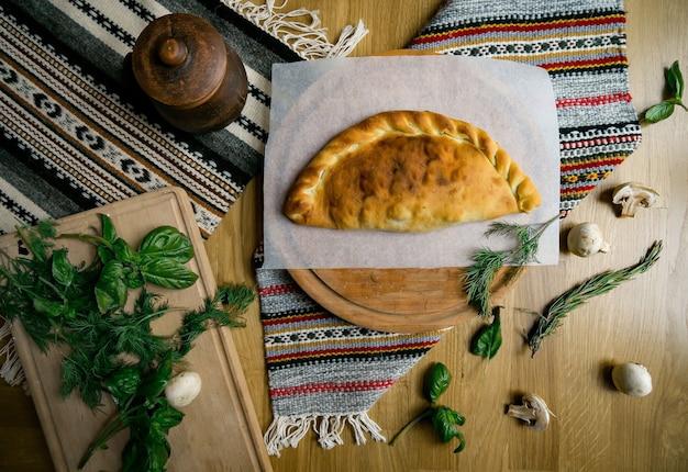 Traditionele georgische adjara khachapuri en kolkh khachapuri op tafel. zelfgemaakt bakken