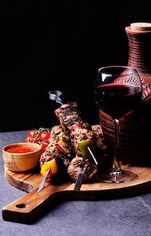 Traditionele georgische drankwijn en kebab