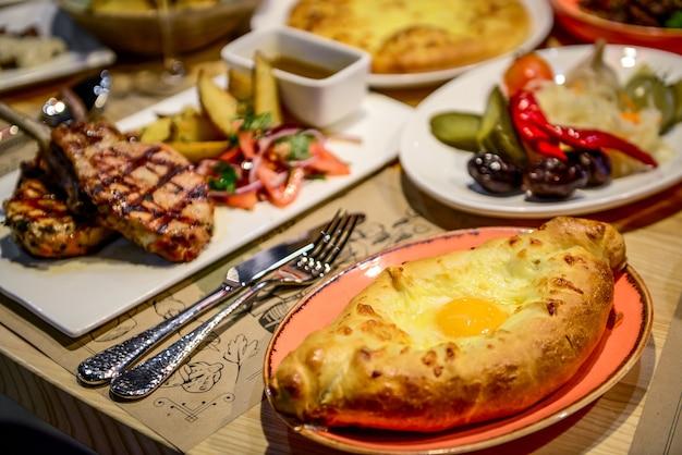 Traditionele georgische keuken en eten - khinkali, chahokhbili, phali, lobio en lokale sauzen