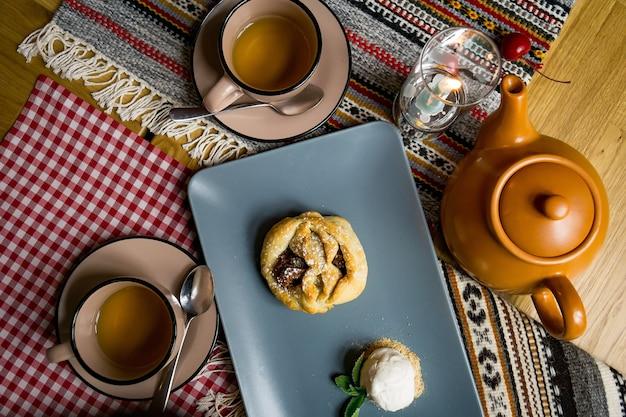 Traditionele georgische zoetigheden en desserts met hazelnoten, walnoten, druivensap, honing, chocolade. baklava, nakhini, churchkhela. vers fruit en gekonfijt fruit. traditionele turkse koffie.