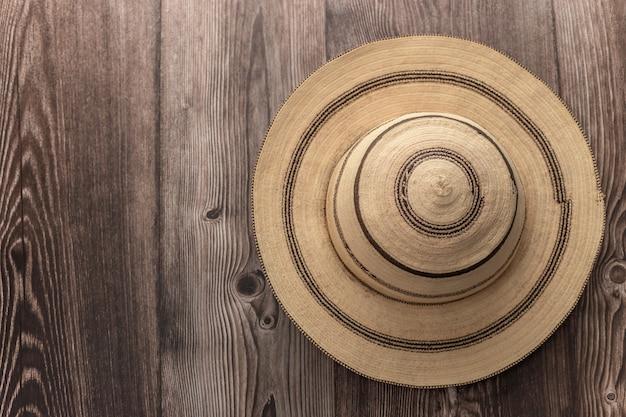 Traditionele geschilderde panamahoed op een houten tafel