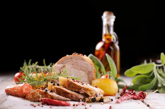 Traditionele gesneden ham met honingglazuur, klaar voor de feestdagen