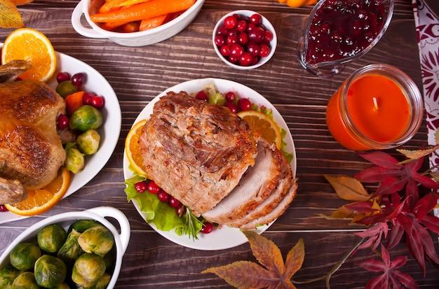 Traditionele gesneden ham voor feestelijke kerst of thanksgiving