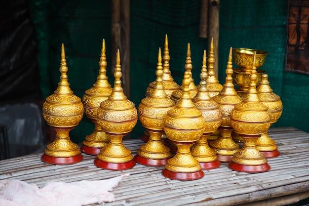 Traditionele gestoomde rijstcontainers voor boeddhistische monniken op ochtendalmen rond bij mon bridge