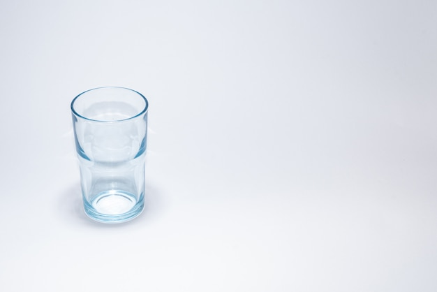 Traditionele glazen beker over wit oppervlak