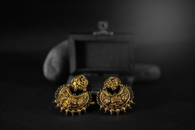 Traditionele gouden oorringen instellen