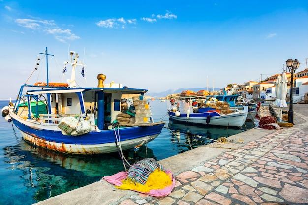 Traditionele griekse eilanden - chalki met vissersboten. dodecanese, griekenland