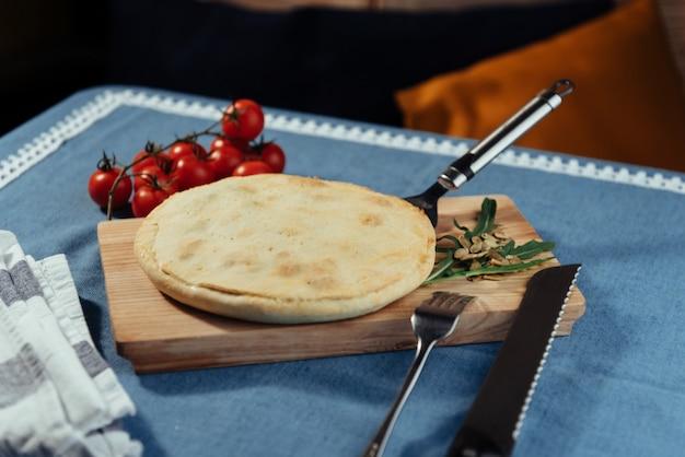 Traditionele griekse spinaziepastei met bladerdeeg