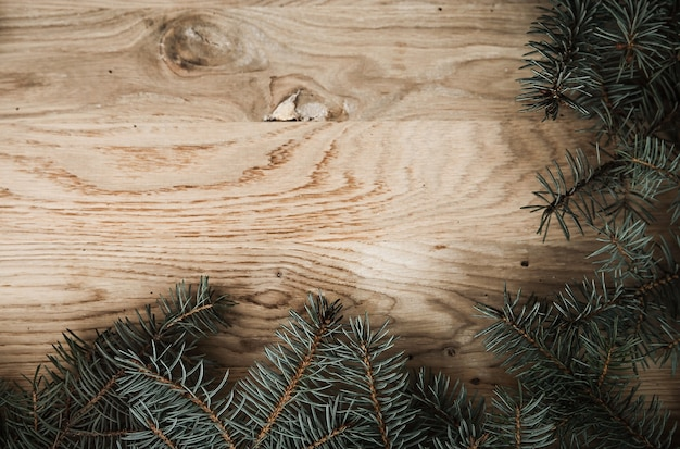 Traditionele groene kerstkrans op houten
