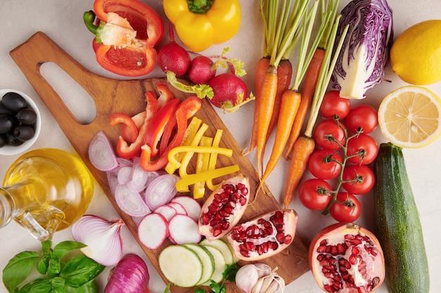 Traditionele groenten die in de arabische keuken worden gebruikt. groenten op hout. bio gezonde voeding, kruiden en specerijen. biologische groenten op hout. ingrediënten voor de kom van boedha van de lentegroente. heerlijk gezond eten