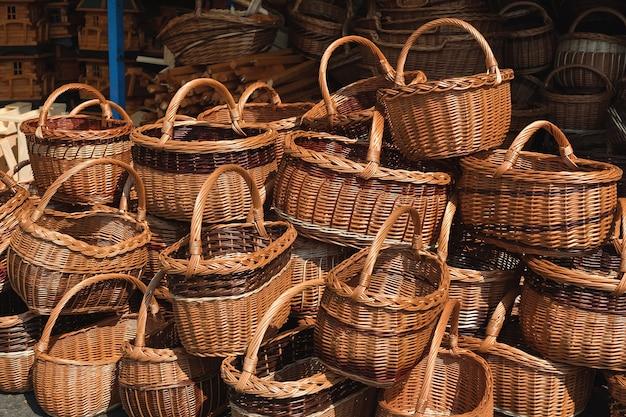Traditionele handgemaakte manden in straat souvenirwinkel in duitsland