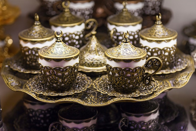 Traditionele handgemaakte thee- en koffiesets te koop bij de egyptische bazaar en de grand bazaar