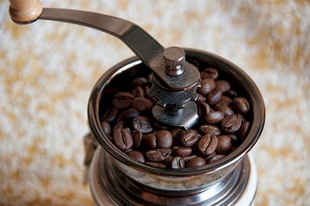 Traditionele handmatige koffiemolen met koffiebonen