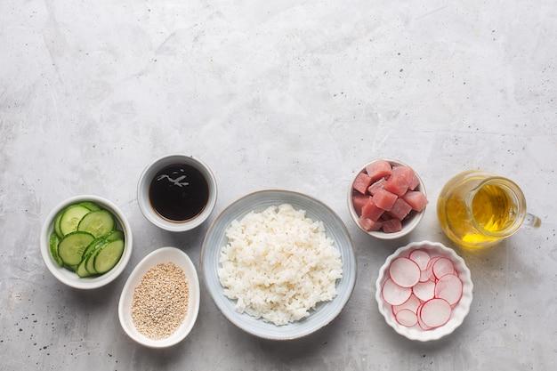 Traditionele hawaiiaanse poke bowl bereid met tonijn