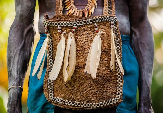 Traditionele herentas van de bewoners van het dorp van de asmat stam.