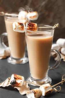 Traditionele herfst- en wintercocktails, alcohol. kampvuur warme chocolademelk cocktail met geroosterde marshmallow. cacao latte marshmallow