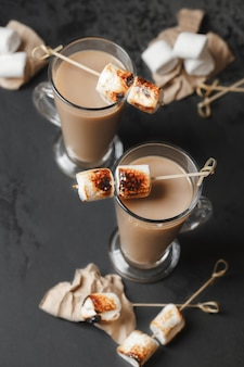 Traditionele herfst- en wintercocktails, alcohol. kampvuur warme chocolademelk cocktail met geroosterde marshmallow. cacao latte marshmallow
