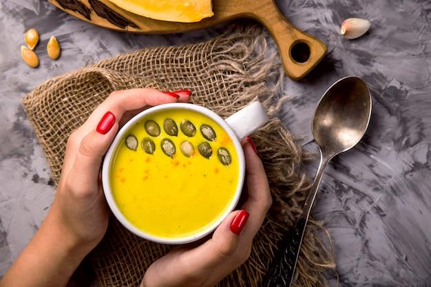 Traditionele herfst pompoenschotel - soep met kruiden en knoflook