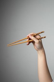Traditionele het eetstokjes aziatische japanse chinese voedselstijl van de hand