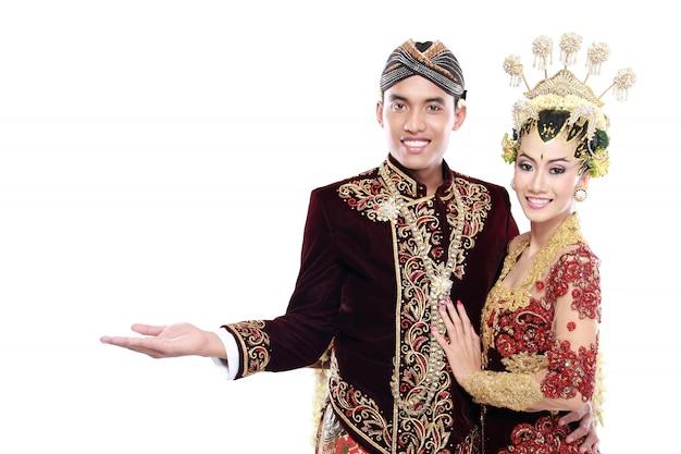Traditionele het huwelijkspaarman en vrouw die van java leeg gebied voorstellen