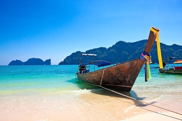 Traditionele houten boot op phi phi-eiland, thailand, azië.